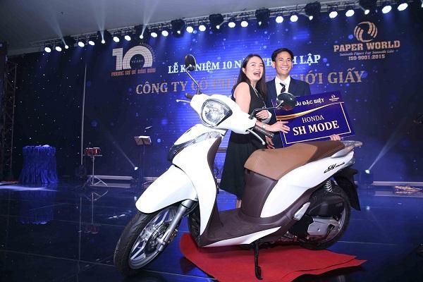 Ông Mai Quốc Bình trao phần thưởng cho Khách Hàng Trúng Giải Đặc Biệt - Chiếc Xe SH
