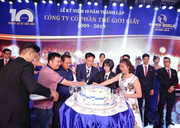 Cùng nhau cắt bánh kem kỉ niệm sinh nhật 10 năm Thế Giới Giấy