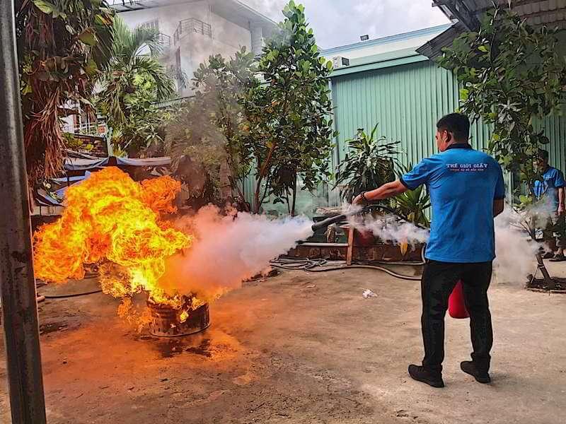 Nhân viên công ty TGG thực hành phòng cháy chữa cháy tại nhà máy
