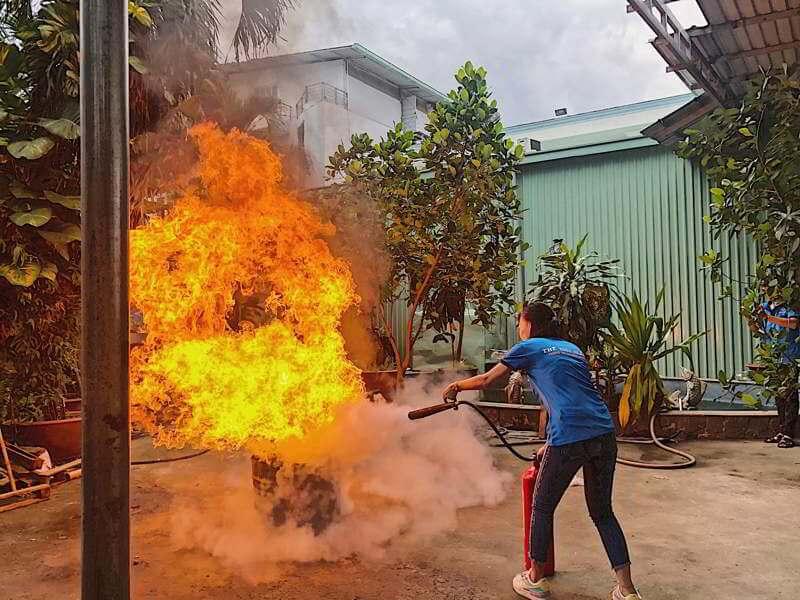 Nhân viên công ty thực hành phòng cháy chữa cháy tại nhà máy