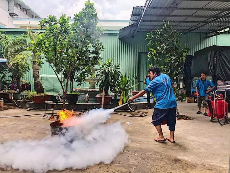 Nhân viên công ty TGG thực hành phòng cháy chữa cháy tại nhà máy TGG