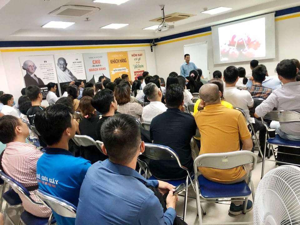 CEO Mai Quốc Bình miệt mài chia sẻ các giá trị cho mọi người và nhận lại sự chú ý đầy tập trung