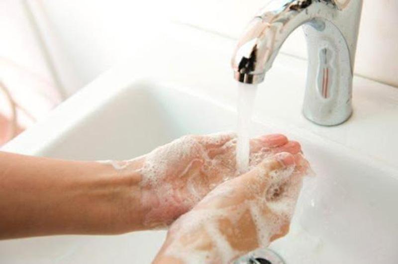 Rửa tay sau khi đi vệ sinh