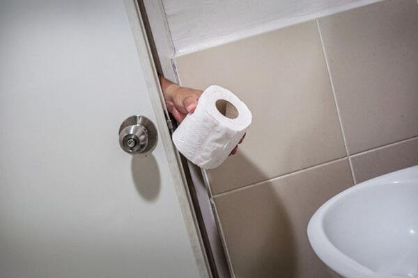 Sử dụng giấy vệ sinh bẩn