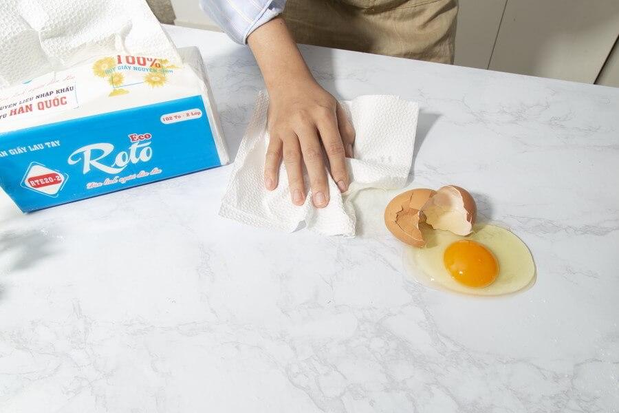 Sử dụng Khăn giấy đa năng roto eco 20-2 để lau vết bẩn trong bếp